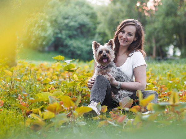 Die Stadthunde Elisabeth Binder Texterin Funny Australian Silky Terrier Portrait Jolly Schwarz Photography Alexandra Stalzer Grafikdesign Wien Hunde Stadt